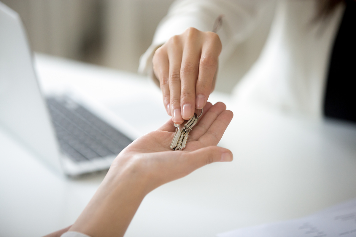 Location loi pinel Toulouse - Échange de clés entre deux femmes