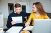 Crédit immobilier à Toulouse - Un couple regarde des documents