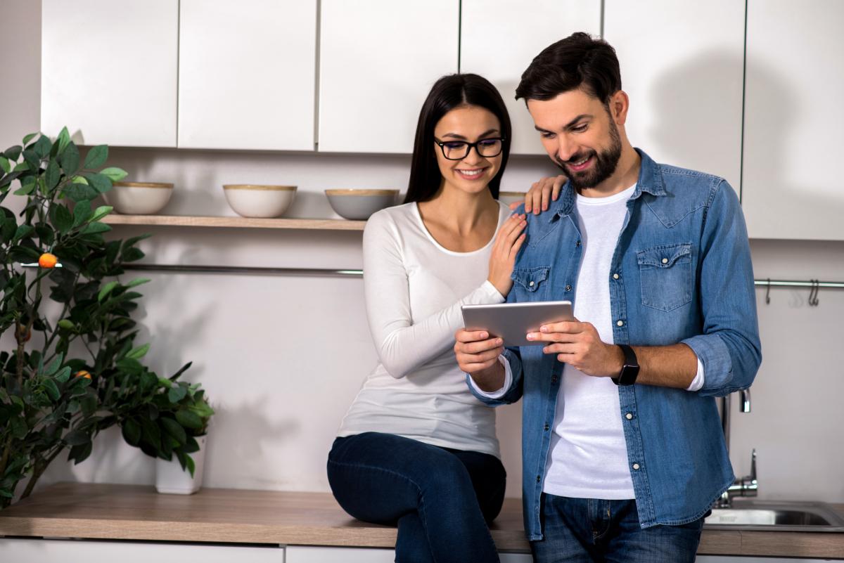 Taux de crédit immobilier à Toulouse - Un couple consulte une tablette numérique