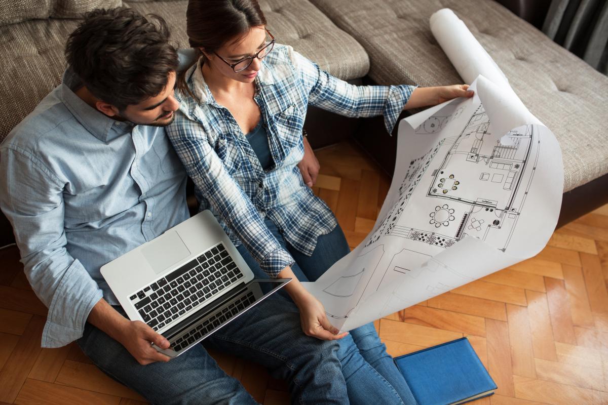 Aide premier achat immobilier - Un couple qui observe les possibles travaux à effectuer au sein de leur logement à Toulouse