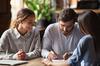Taux de crédit immobilier à Toulouse - Un couple emprunteur signe un contrat de prêt avec une banque