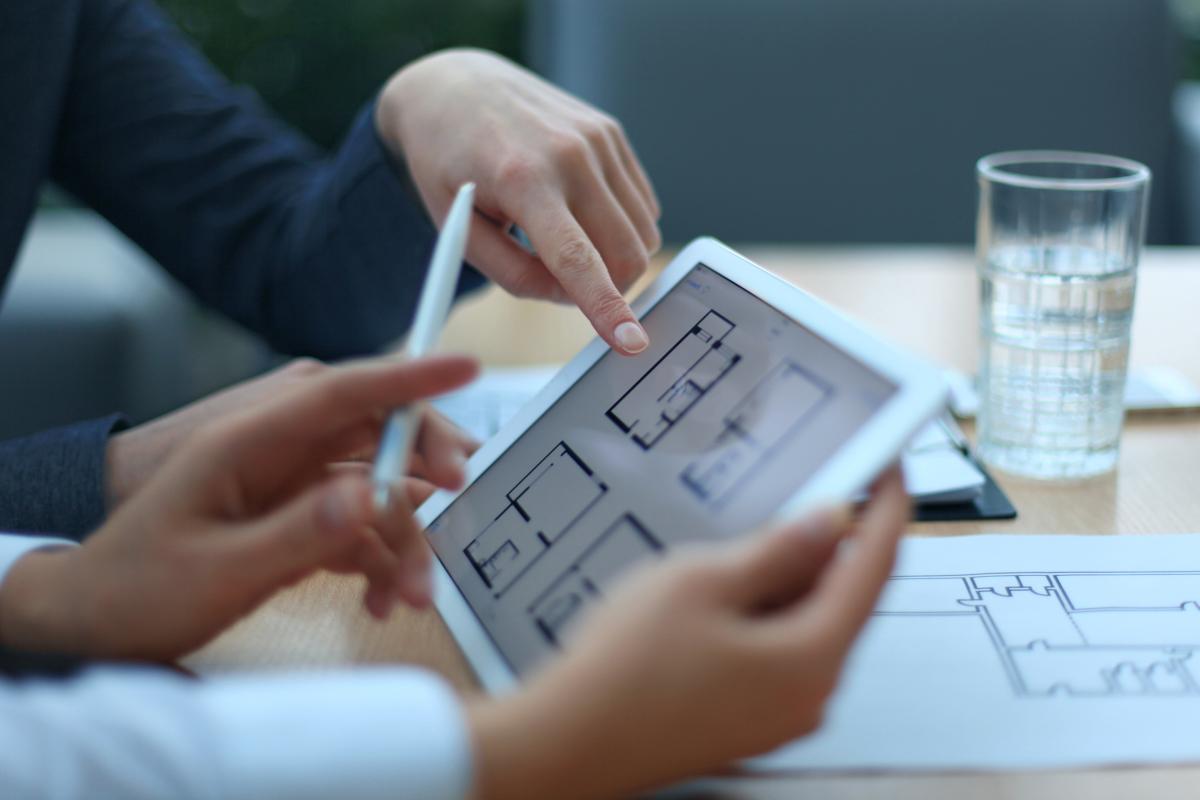 Taux de crédit immobilier à Toulouse - Un emprunteur choisit son logement sur plan grâce à une tablette