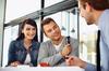 Conseils aux investisseurs - couple en réunion avec son conseiller en immobilier neuf