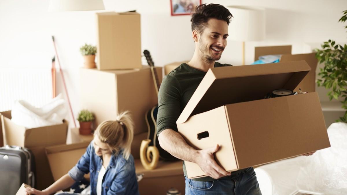investir dans l'immobilier - Un jeune couple de locataire qui aménage dans un logement récent
