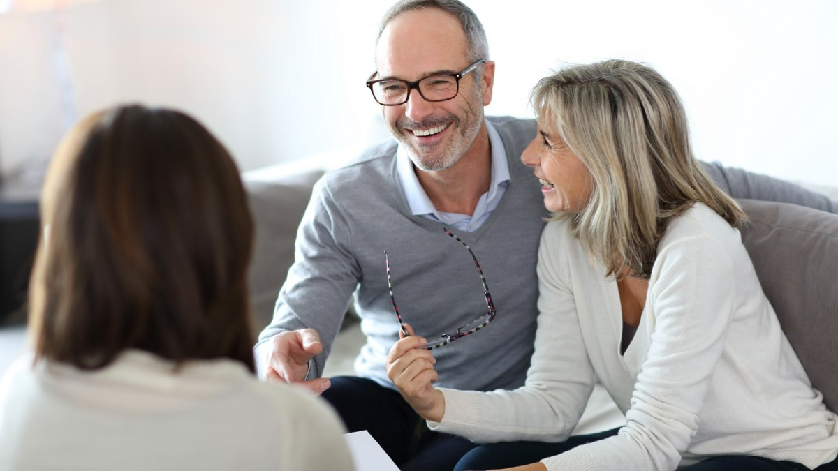 investir dans l'immobilier - Albert et Christine en train d'effectuer d'un logement