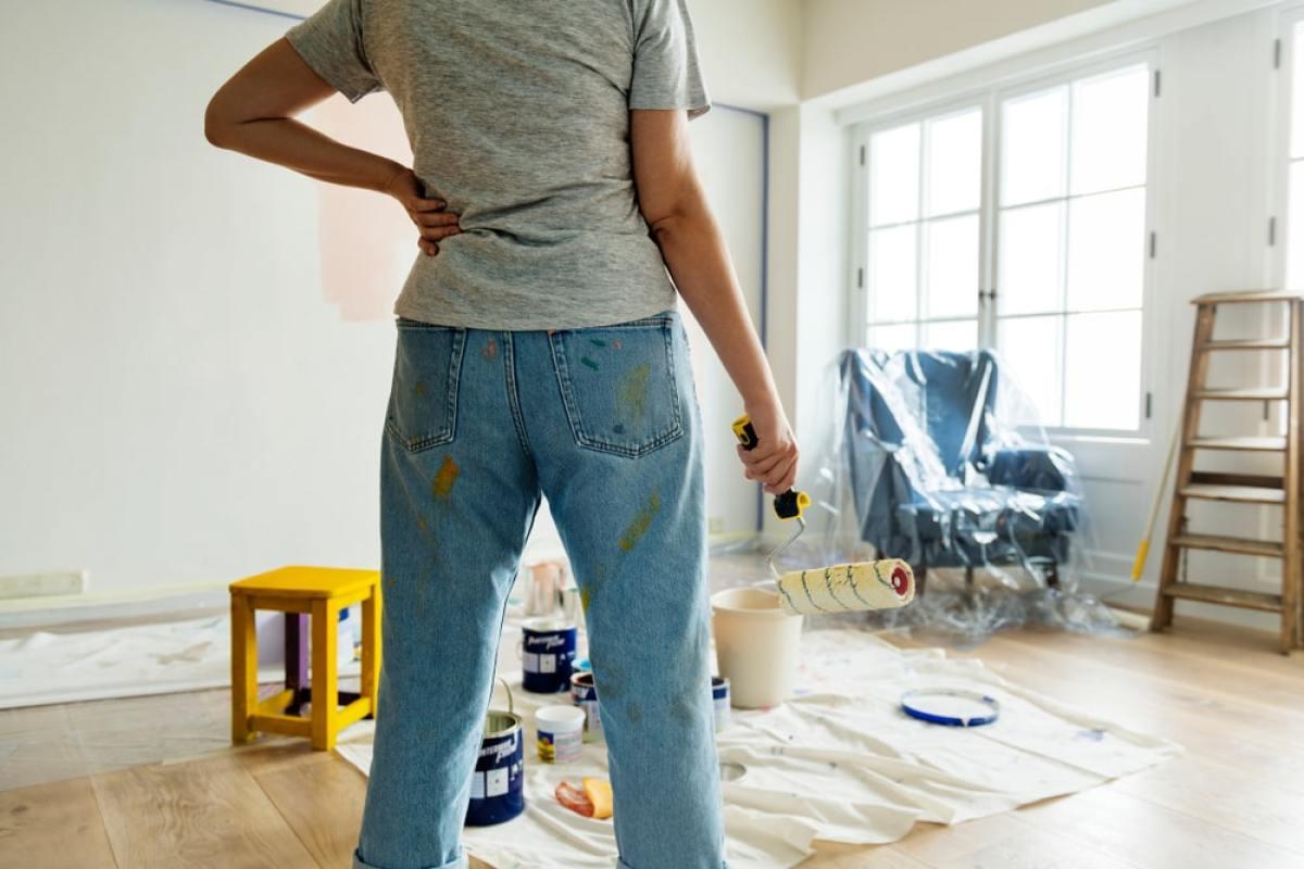 Maison VEFA - Femme qui réalise des travaux dans son salon
