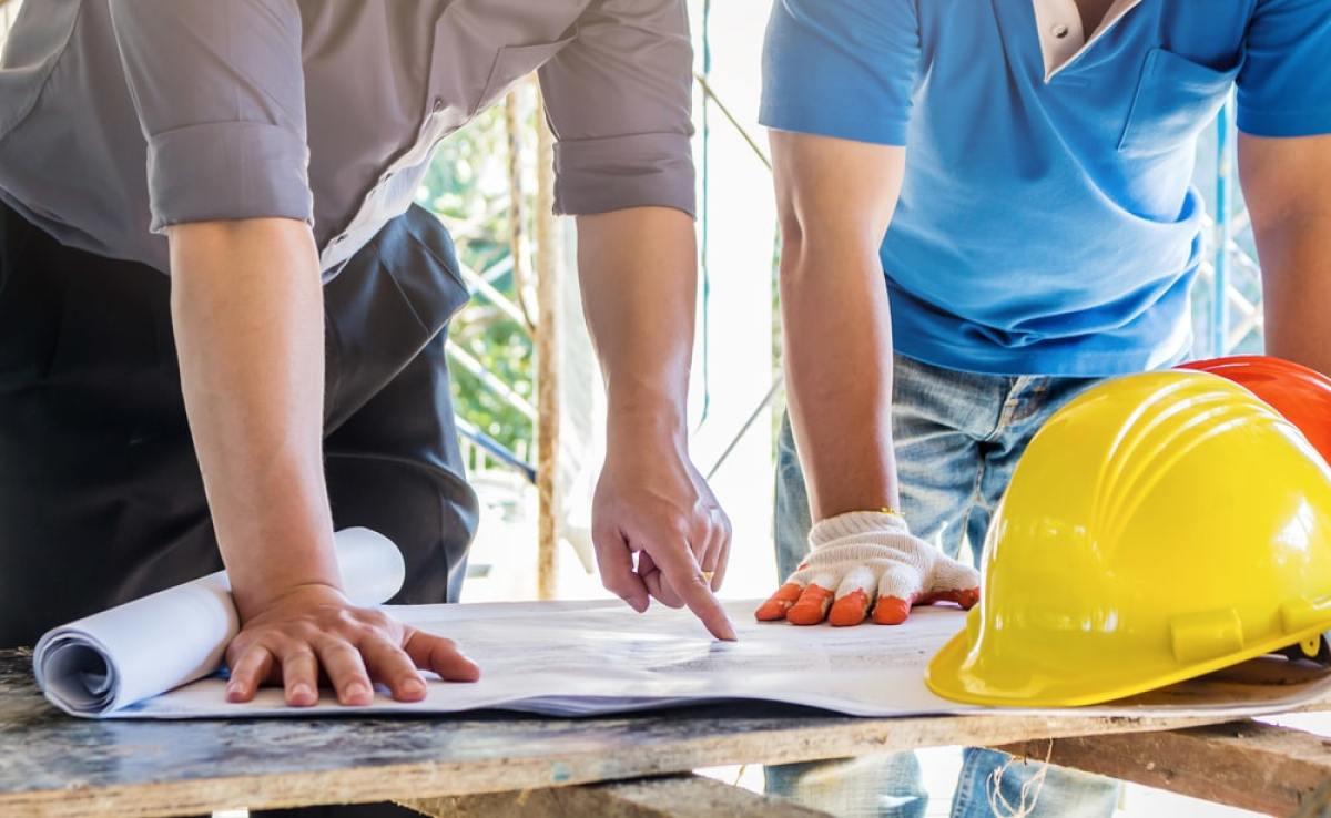 Maison VEFA - Deux hommes regardent un plan sur un chantier
