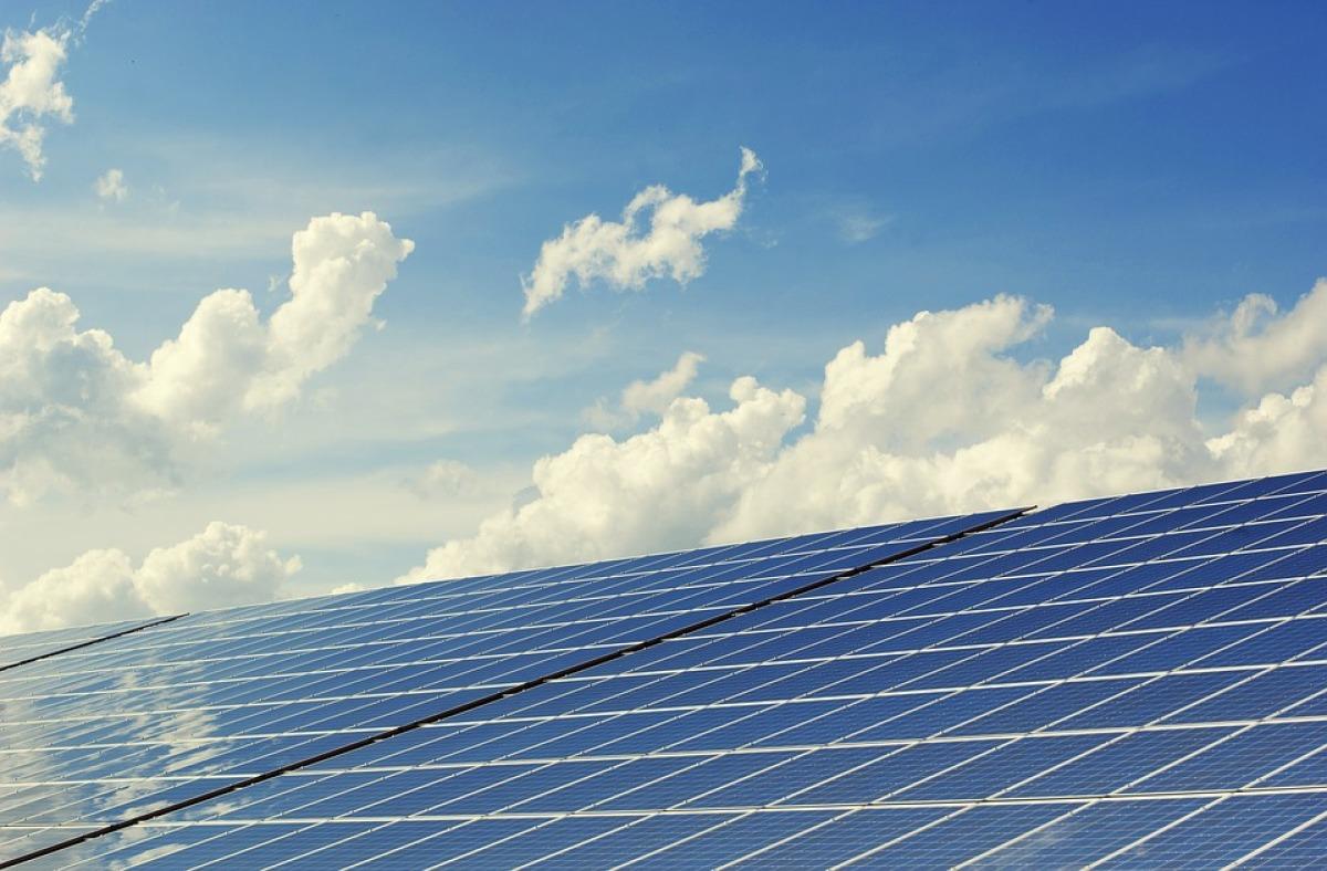 Réglementation environnementale 2020 - Des panneaux solaires sur le toit d'une maison RE2020