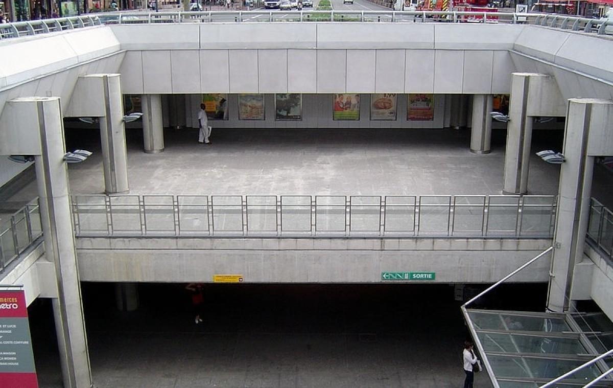 Escaliers dans un parking sous-terrain