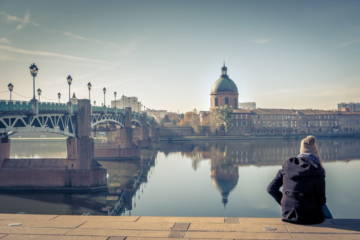 Jeune femme assise sur les marches du quai Saint-Pierre