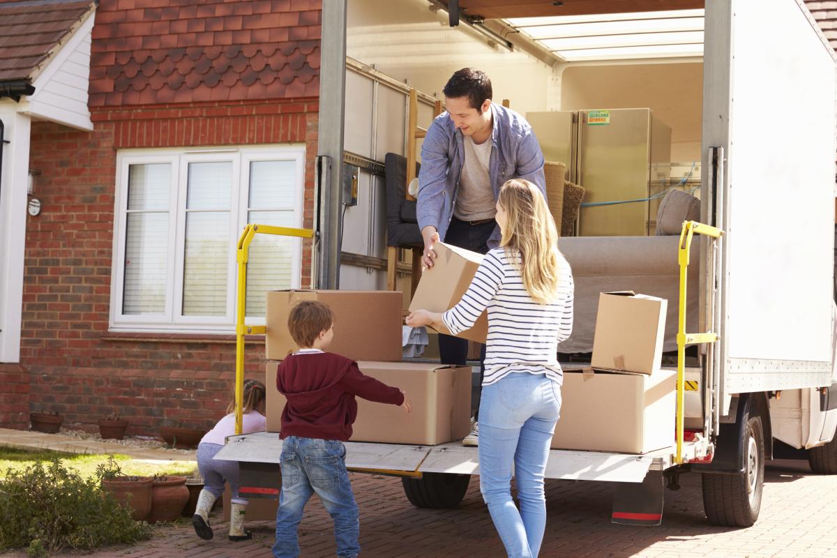 Toulouse éligible Pinel - Une famille charge des cartons dans un camion