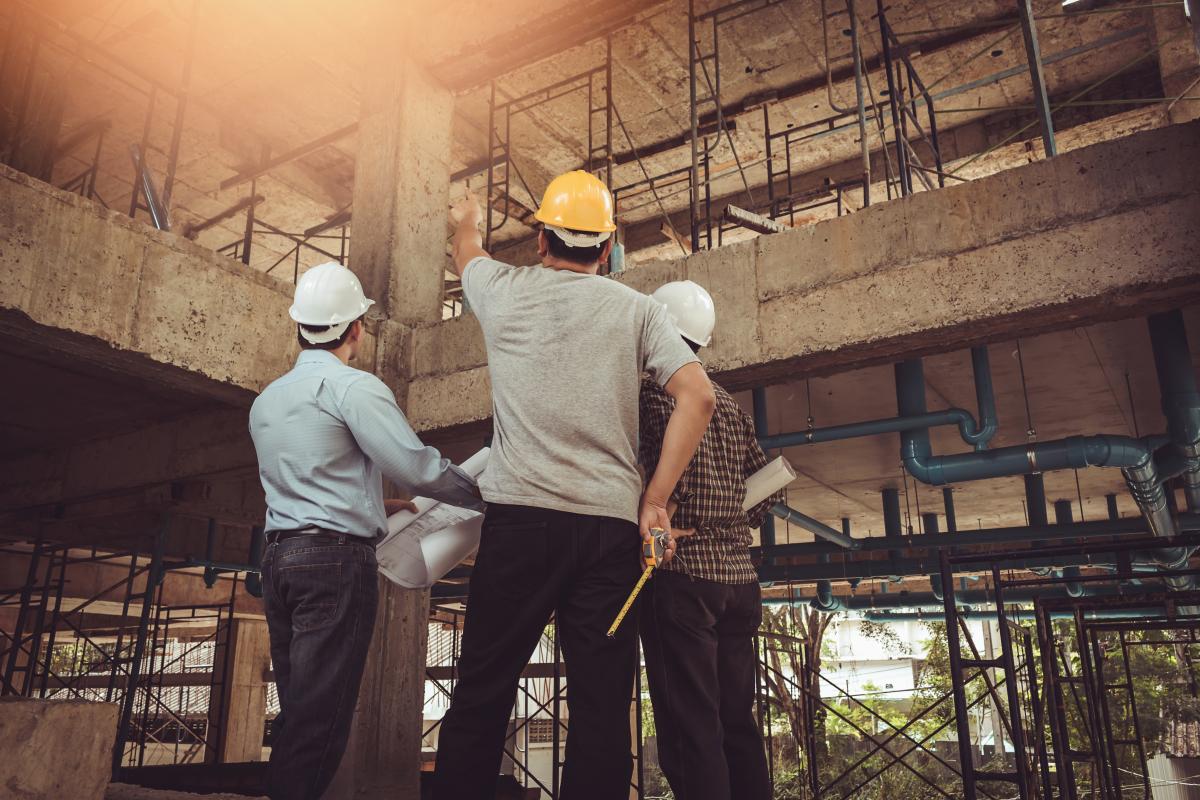 Toulouse éligible Pinel - Ingénieurs portant des casques sur un chantier
