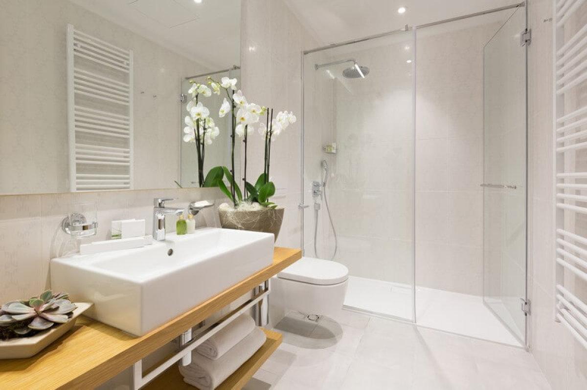 """""""Estimation d'un bien immobilier neuf – Salle d'eau avec douche à l'italienne, des prestations de qualité"""""""