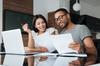 Crédit immobilier à Toulouse - Un couple regarde son contrat immobilier