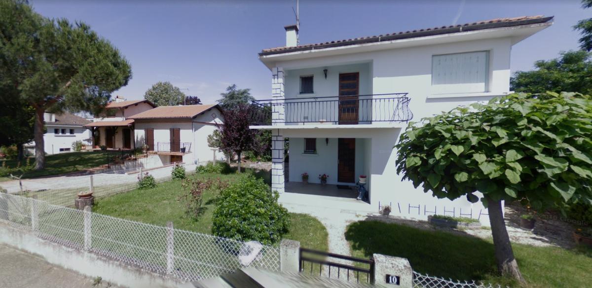 Acheter dans l'immobilier neuf à Lespinasse près de la mairie - Maison des années 60 dans la rue de la mairie.