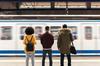 3ème ligne de métro à Toulouse – Groupe de 3 personnes attendant le métro sur le quai.