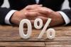 Image d'un banquier avec un prêt immobilier à taux zéro