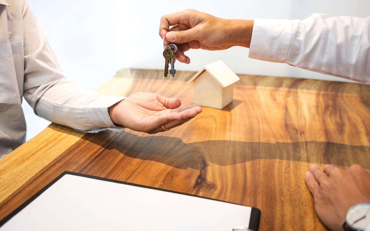 Le prêt à aux zéro à Toulouse - Une remise de clef lors d'un rendez-vous immobilier pour l'achat d'une résidence principale