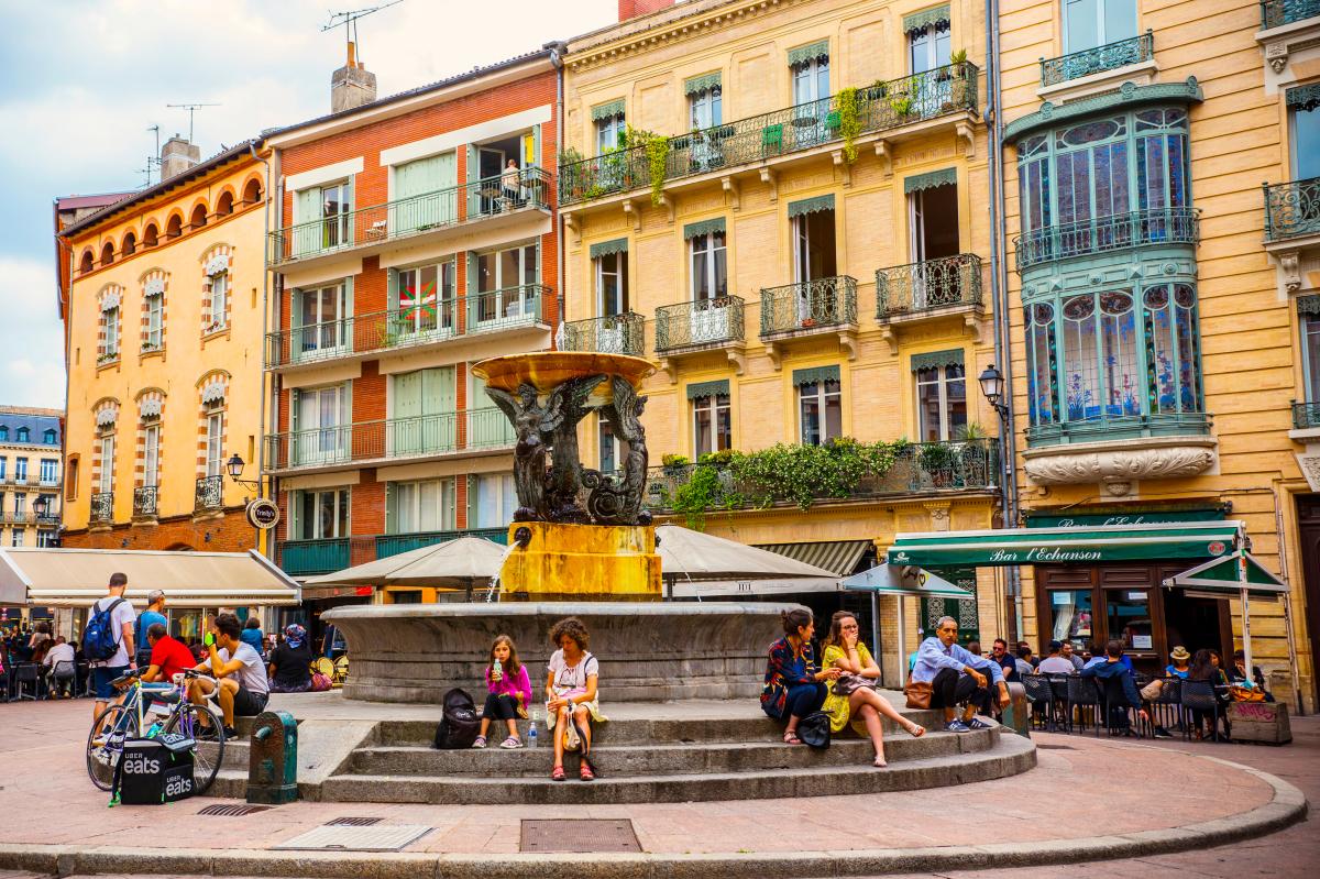 immobilier et coronavirus - La place de la Trinité et sa fontaine dans le quartier Esquirol à Toulouse
