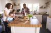 Une famille dans sa cuisine prenant le petit déjeuner