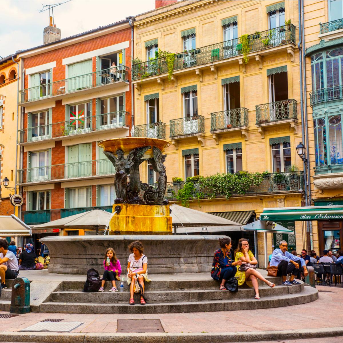 loyer Pinel à Toulouse – marches de la fontaine, place de la Trinité