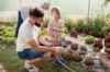 Maison neuve à Toulouse – Famille qui jardine au potager