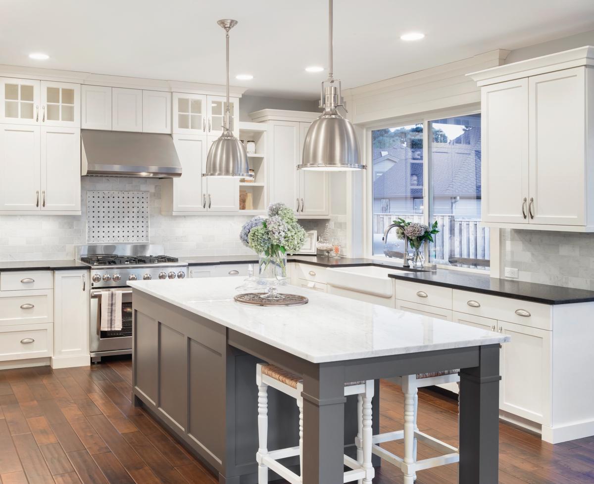 aménager un appartement neuf - vue d'une cuisine avec îlot central