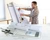 aménager un appartement neuf - vue d'un artisan dessinant les plans intérieurs d'un appartement neuf