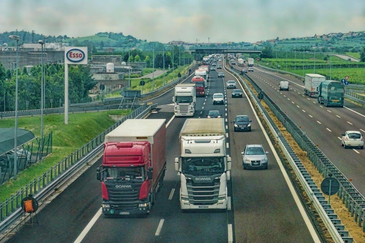 LGV Bordeaux-Toulouse  –  camions poids-lourds sur l'autoroute