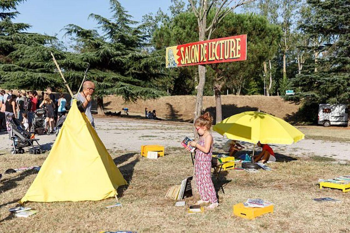 ou vivre autour de Toulouse en famille  - une petite fille au salon de lecture du Festival de Ramonville