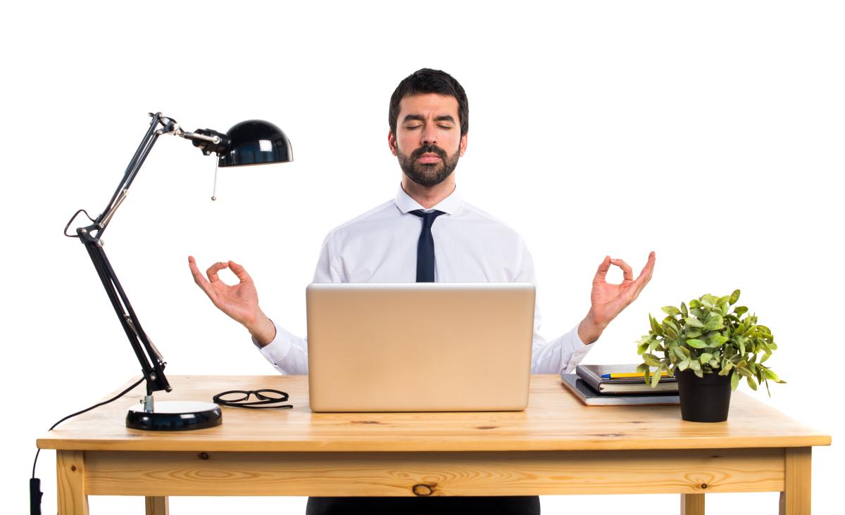 gestion locative Toulouse  – homme zen à son bureau
