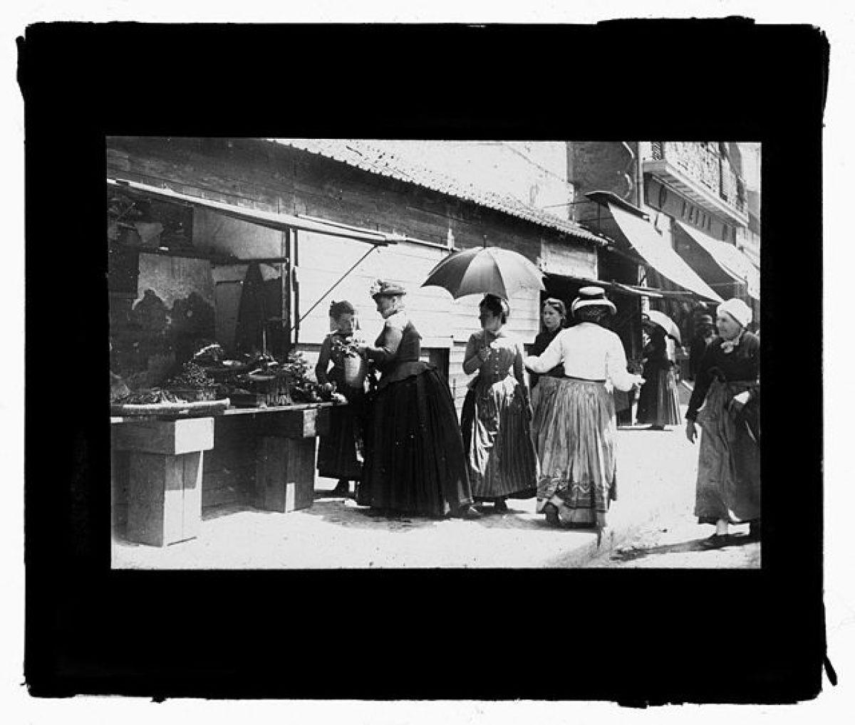 Rue de Metz Toulouse – une marchande de légumes au n° 16 de la place Etienne-Esquirol en 1894.