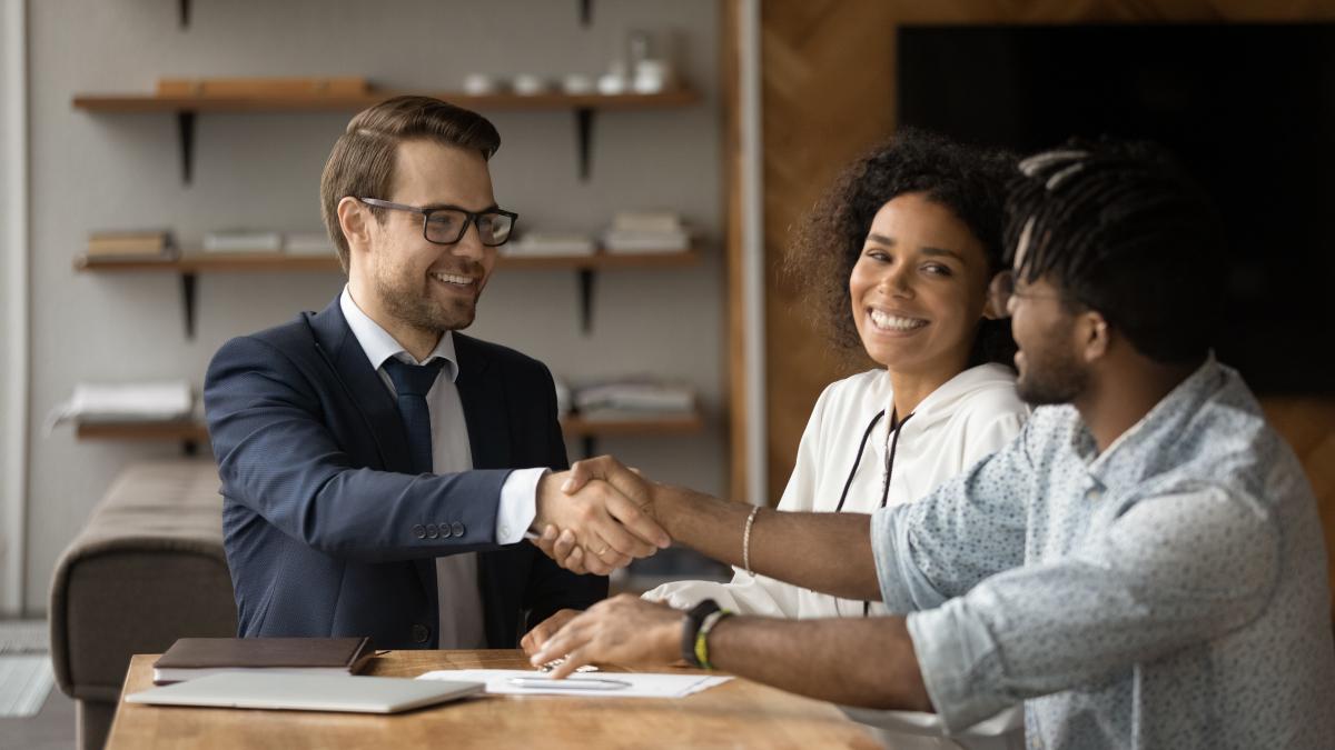 nos partenaires - un courtier en prêt immobilier sert la main d'un client