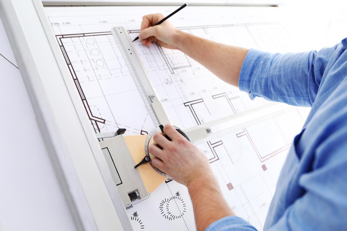Joan Busquets – Architecte en train de travailler sur des plans