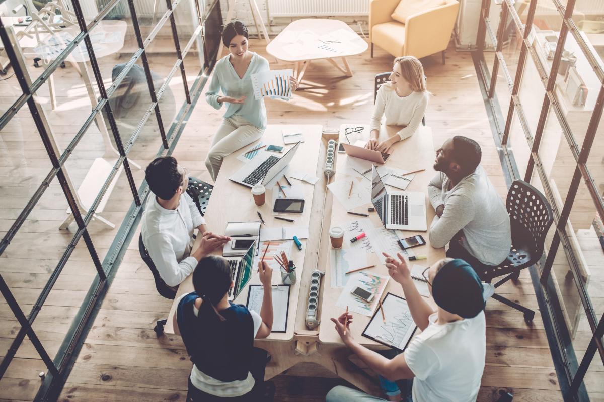Enova – Travailleurs en coworking dans un bureau