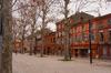 campus saint-michel toulouse - vue d'une rue à l'architecture typique toulousaine avec des briques rouges près du quartier Saint-Michel