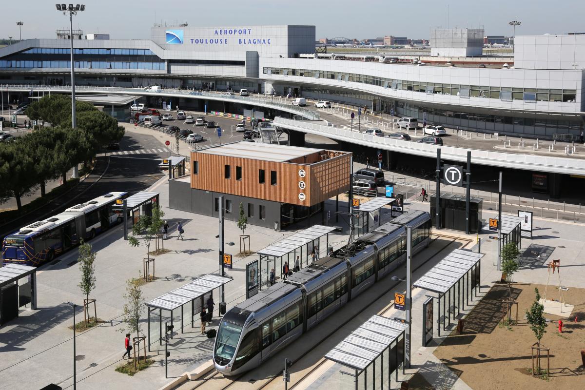 Vue aérienne de l'aéroport de Toulouse Blagnac et du tramway