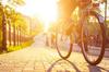 Vélo roulant sur un trottoir au coucher du soleil
