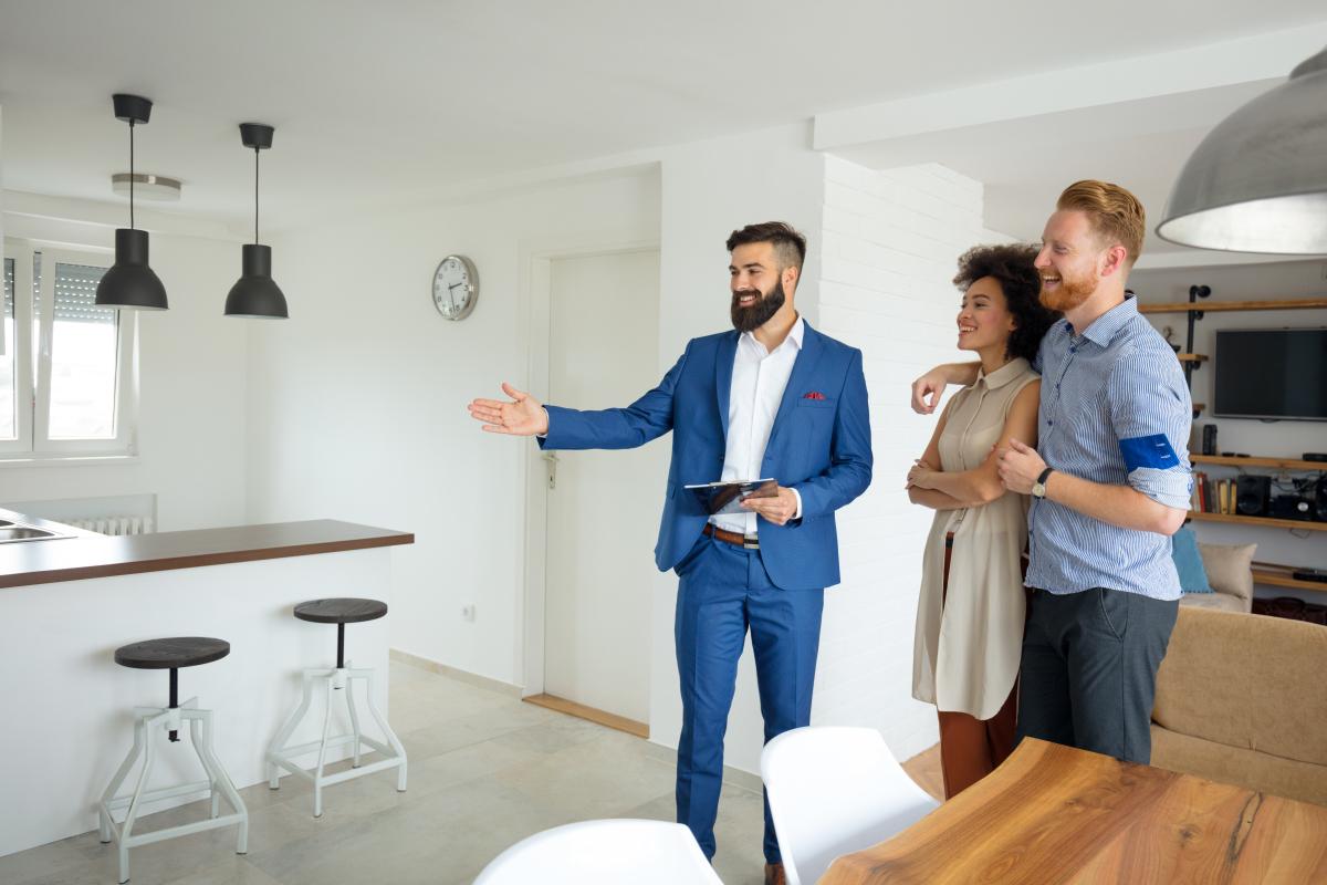 DPE un couple visite un appartement avec un agent immobilier