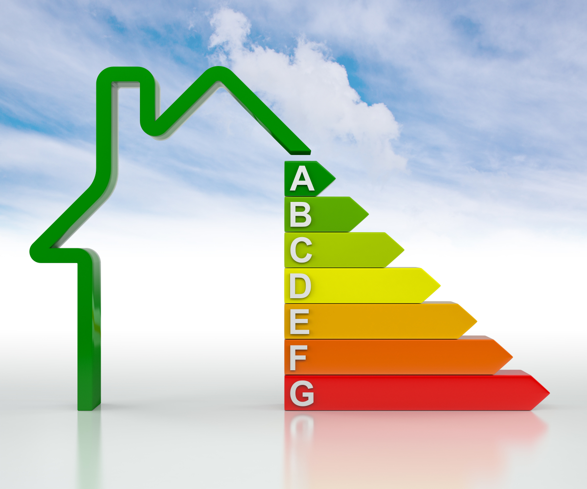 DPE étiquette énergétique allant de A à F avec une maison et le ciel en fond
