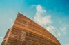 Vue d'un immeuble moderne en bois avec le ciel en fond
