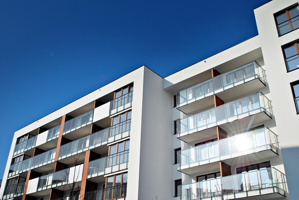 Facades d'un ensemble immobilier neuf avec balcons et reflets du soleil