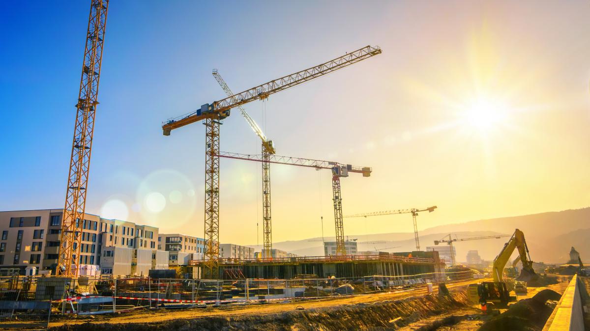 Plusieurs grues sur le chantier d'un ensemble immobilier