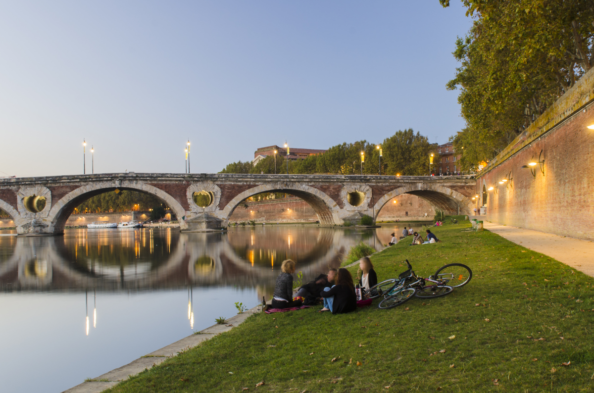 Un groupe de jeunes en train de discuter sur les berges de Garonne à Toulouse