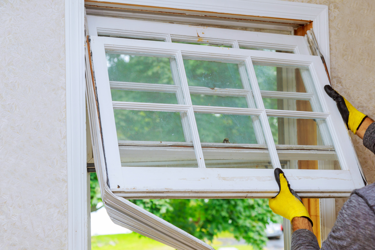 Aides à la transition énergétique – Une personne qui remplace une fenêtre