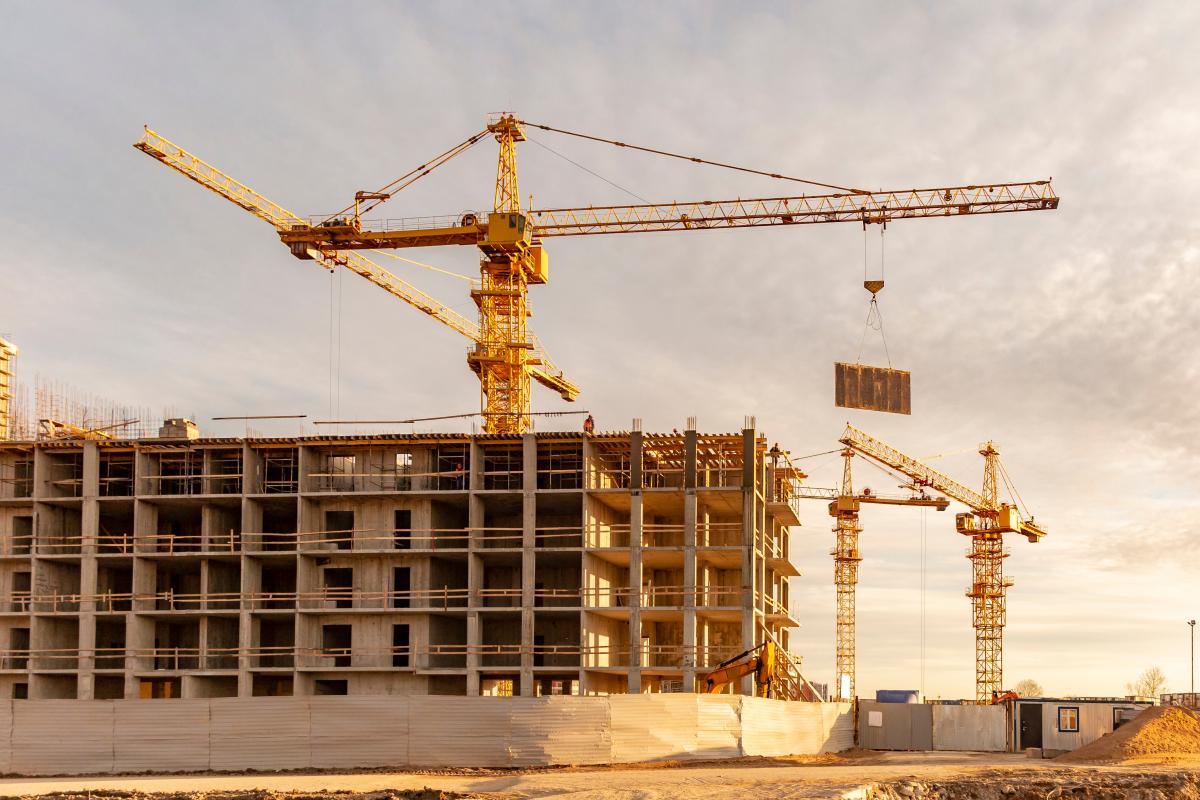 A Toulouse plusieurs grues sur un chantier de construction d'un bâtiment neuf