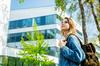 Logement étudiant Toulouse – Une étudiante se trouve devant un campus universitaire
