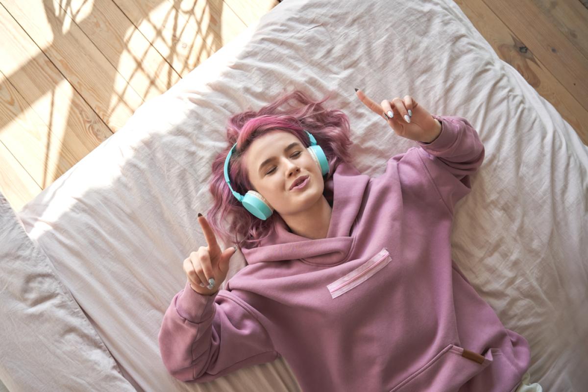 Logement étudiant Toulouse – Jeune fille qui écoute de la musique sur son lit
