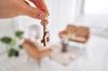 Assurer son logement étudiant - Homme tenant les clés de son nouveau logement