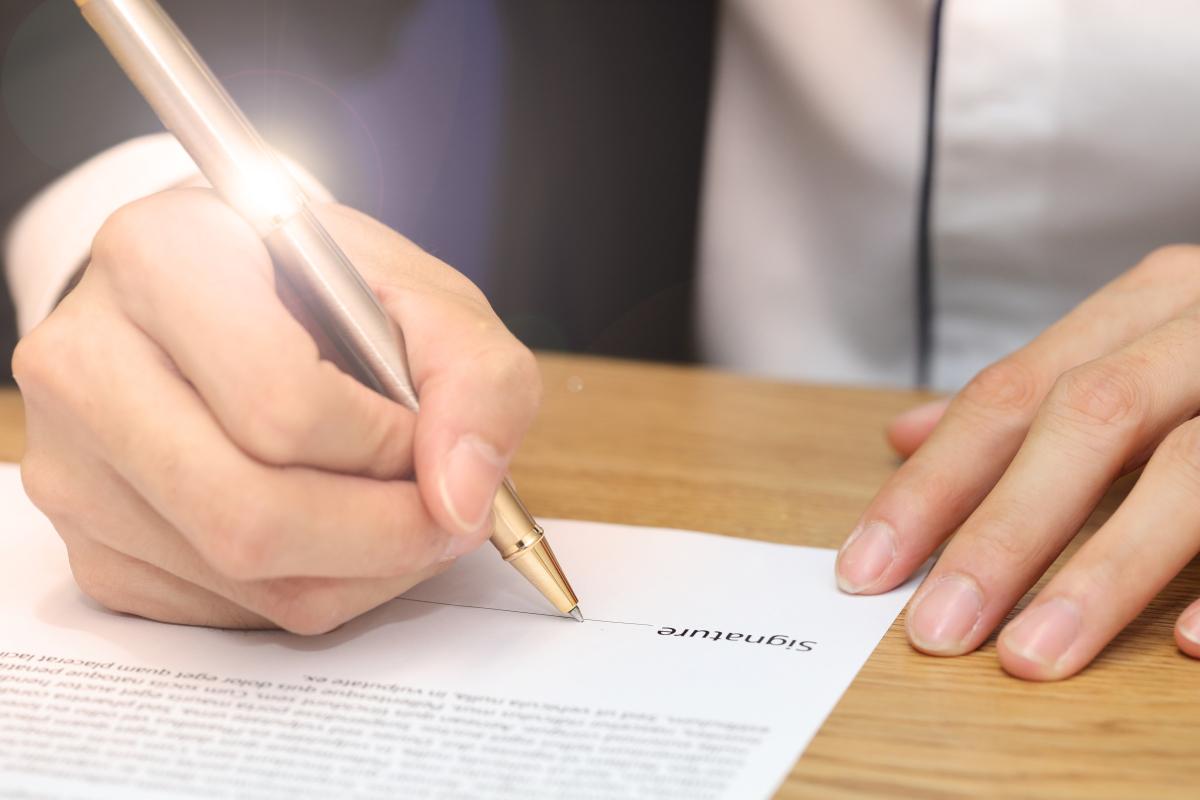 Assurer son logement étudiant -Homme signant un contrat